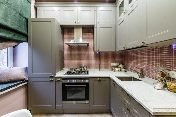 Преимущество гарнитура от пола до потолка в том, что, во-первых, свободное место не теряется, а используется для хранения бытовой техники и различных кухонных принадлежностей.