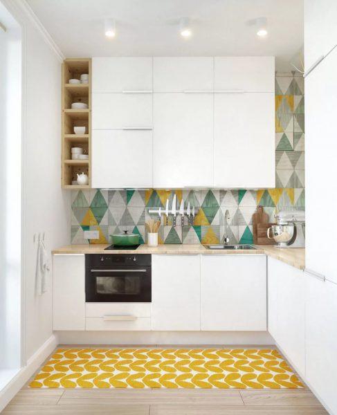Избегайте крупных принтов и узоров и в отделке стен, они не должны контрастно выделяться из общей концепции кухонного дизайна.