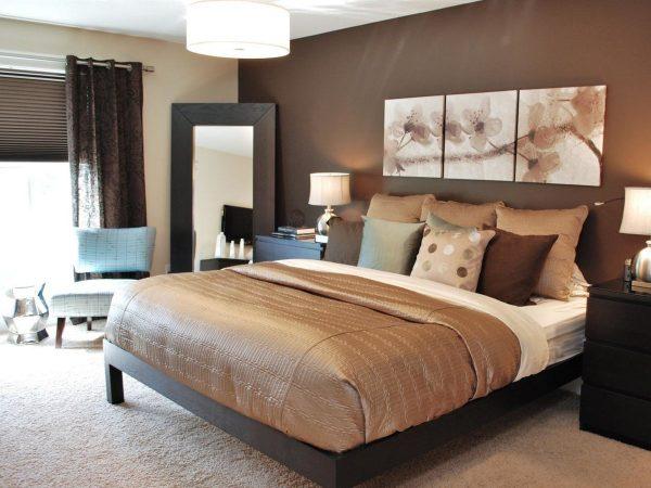 Шоколадные обои смотрятся стильно и подчеркивают вкус хозяина спальни