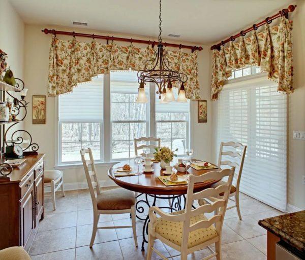 Функциональность требует коротких штор, которые не будут отнимать пространство и мешать перемещаться по кухне.