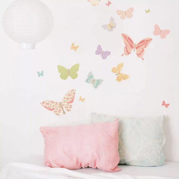 Бабочки, цветы, деревья, ветки, пальмы — все это очень привлекает внимание и становится центром всего интерьера.