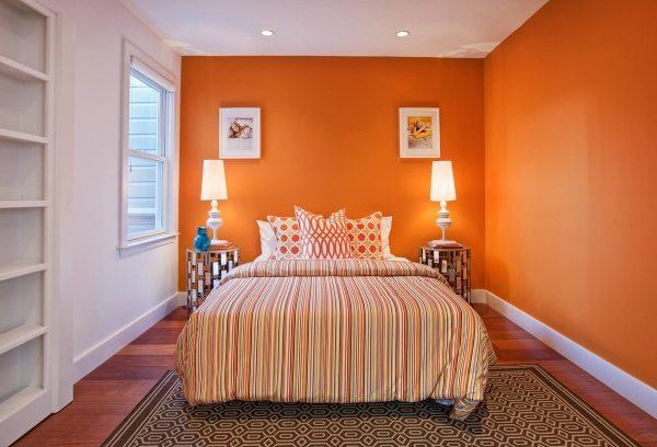 Оранжевые настенные покрытия для спальни — отличное решение, которое зарядит позитивным настроением на круглый год.