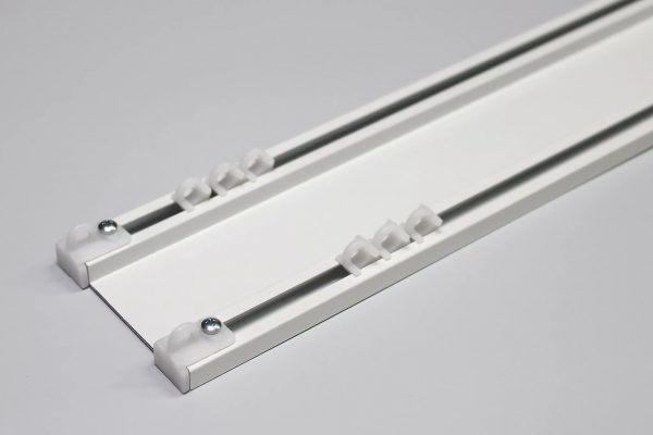 новая технология с использованием профилей позволяет прикрепить карниз на потолок.