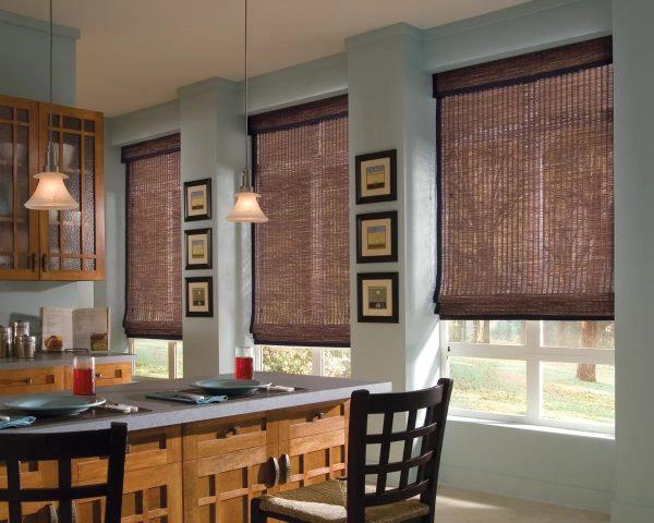 Римские шторы подойдут для кухни с двумя и даже тремя окнами