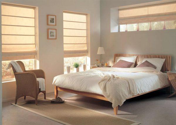 Римские шторы представляют собой полоску материи, натянутой на специальную оконную конструкцию. Выглядят стильно и современно.