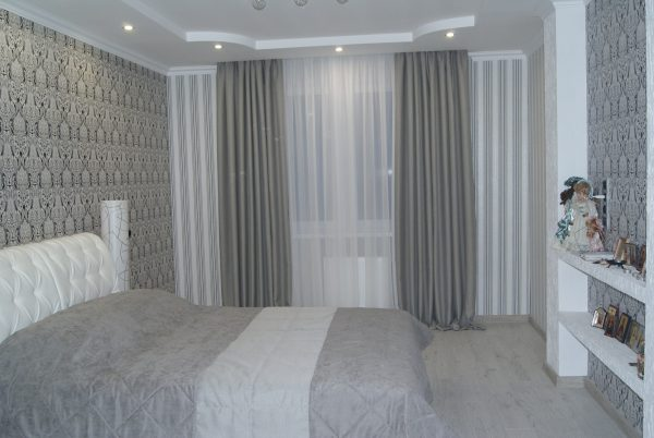 В спальне ценится уют и возможность закрыть окно, защитив жильцов от солнечных лучей утром. Идеальный вариант, который практически создает условия ночи - блэкаут.