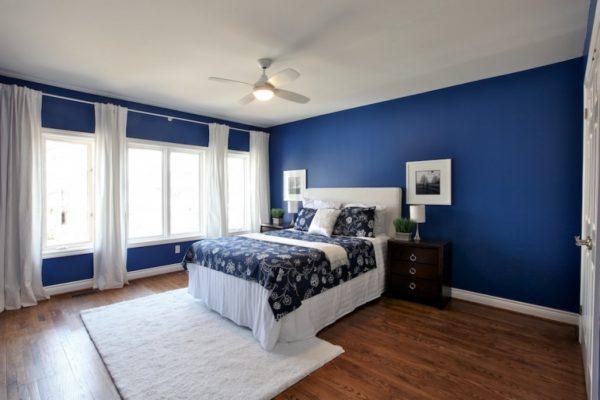 Спальня в синем цвете будет казаться затемненной, но при этом положительно будет влиять на быстрое засыпание.