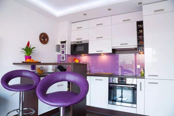 Белая кухня в любом случае смотрится дорого, но можно добавить яркие элементы в одной цветовой гамме