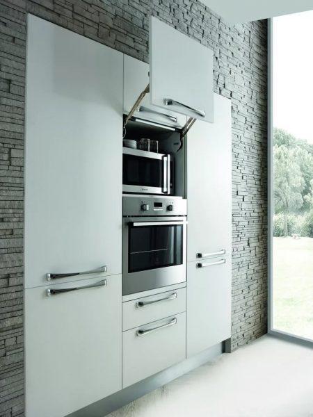 Оригинальная идея встроенной мебели на кухне