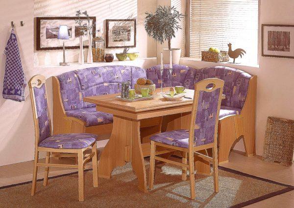 Современные уголки сейчас имеют весьма удобную конструкцию. Мягкие стулья идеально по форме заходят под стол, образуя идеально вписанную фигуру и не занимают лишнее место!