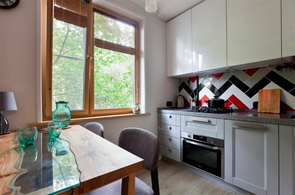 Яркий геометрический фартук на современной кухне