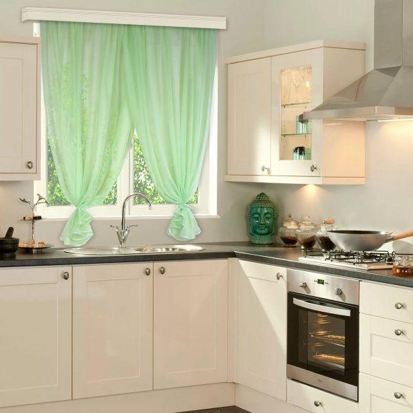 Для кухни небольшого размера подойдут шторы светлого цвета.