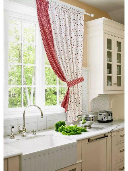 Для маленькой кухни лучше выбирать светлые шторы с небольшим принтом