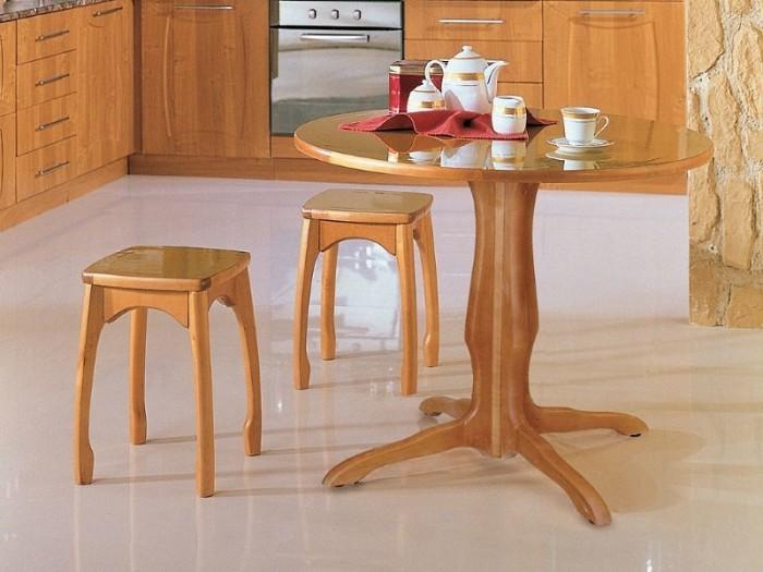 Деревянные табуретки на кухне.