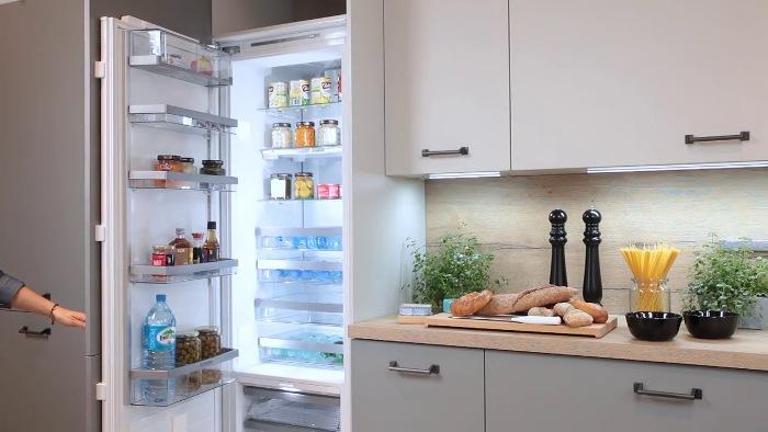 Встроенный холодильник на кухне.