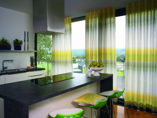Для большой кухни стоит выбрать яркие занавески