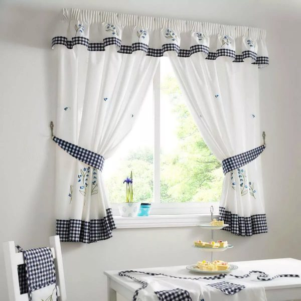можно также изготовить из одного материала шторы, чехлы для стульев и скатерть.