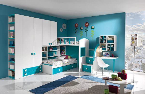 В целях экономии пространства кровать можно комбинировать со шкафом.