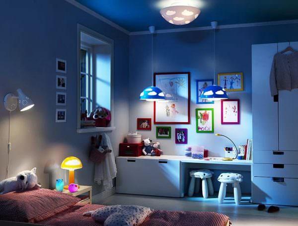 Для верхнего освещения лучше выбрать матовую небьющуюся люстру, дающую мягкий свет.