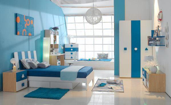 Отделка комнаты в прохладных, голубоватых тонах, будет действовать успокаивающе на гиперактивного подростка.