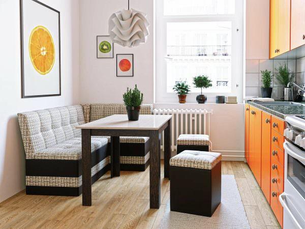 В большинстве стандартных планировок диван не предусмотрен. Обычно его устанавливают, чтобы выделить зону для приема пищи