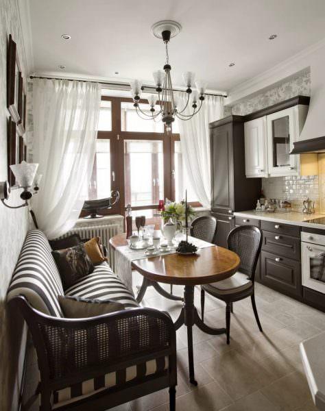 В классическом стиле главную роль играет композиционное решение. В комнате должен быть выбран объект, вокруг которого выстраивается интерьер.