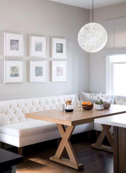 Дизайнеры рекомендуют светлые однотонные оттенки, перекликающиеся с занавесками или другими элементами комнаты.