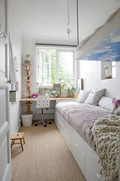 Узкую комнату можно расширить с помощью горизонтальных полос на обоях или, чтобы вариант был функциональным, это могут быть длинные горизонтальные полки.