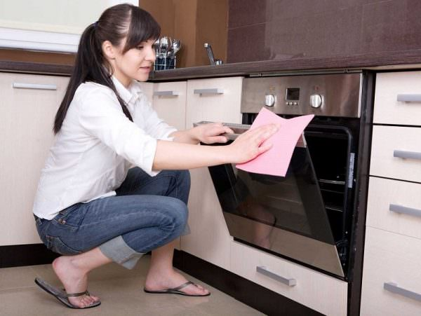 Для хозяек, которые регулярно пользуются духовкой, чистка техники после каждой готовки может стать настоящей проблемой,