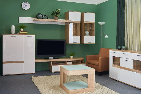 Лучше расположить мебель так, чтобы большие детали, требующие внимания, располагались посреди зала, а остальное размещено в отдалении.