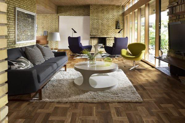 Следующий вариант – паркет. Это натуральная древесина, которая выглядит благородно и роскошно. Однако его цена соответствует внешнему виду, что останавливает большинство покупателей.
