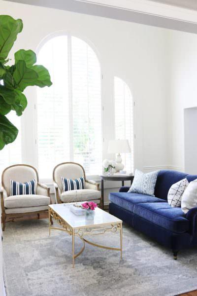 Яркая вельветовая обивка мебели, подушки и шторы – это все добавит яркости и уюта вашей гостиной.