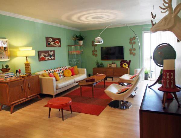 В интерьерах 2019 года популярны течения 1970-х. Это значит, что яркие цвета (а в особенности красный, оранжевый и синий), контрастные сочетания, бесформенная мебель и обилие разнообразных декоративных элементов нынче в моде.