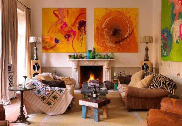 Максимализм в современном дизайне помещений выражается в использовании ярких и красочных принтов. Среди них наиболее популярны анималистические и растительные.
