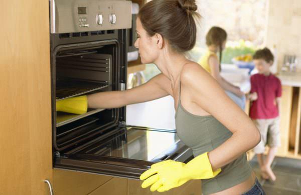 Правила совсем немного и они крайне просты - здесь важна регулярность. Также намного проще будет мыть прогретую духовку.