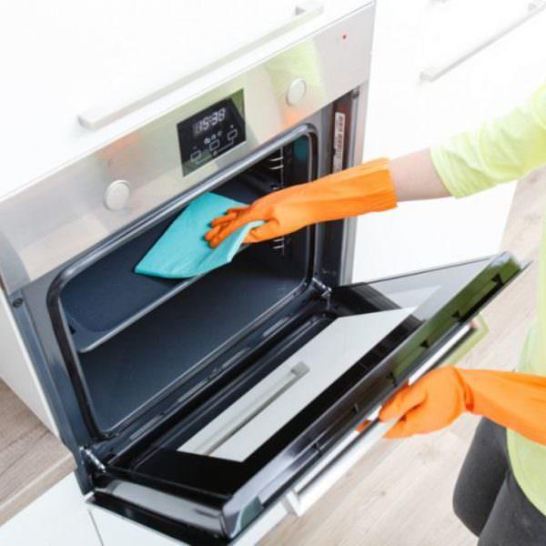 Чем же именно можно отмыть духовку от жира и гари?