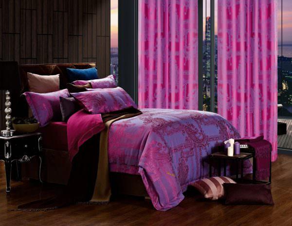 Красно-фиолетовые шторы могут использоваться как дополнение к элементам декора, так и выступать самостоятельной единицей, привлекая внимание, и создавая яркий акцент в комнате.