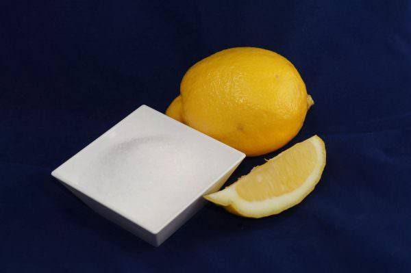 Ничего проще и экологичнее придумать нельзя. Понадобится 2-3 пакетика лимонной кислоты и кипяченая вода.