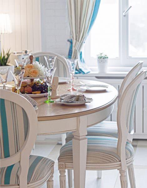 Круглый вариант обеденного стола подходит для тех помещений, которые располагают большой площадью.