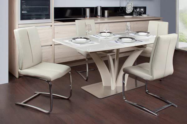 Такой вариант дизайнерского решения редко когда встретишь в квартирах России из-за небольшого размера кухонь в них.