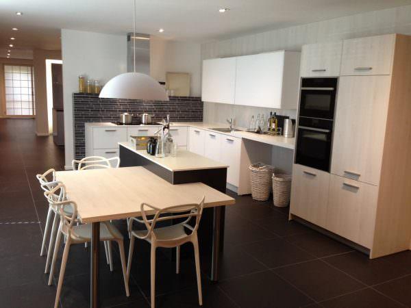 Размещение обеденного стола в кухне квартиры-студии