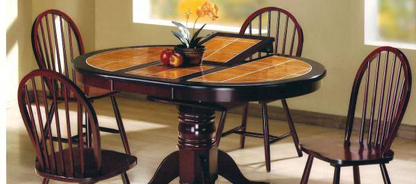 Редко когда можно встретить подобный вариант отделки обеденного пространства. Но люди, ищущие эксклюзива, могут запросто запросить изготовление подобного стола у мастеров на заказ.
