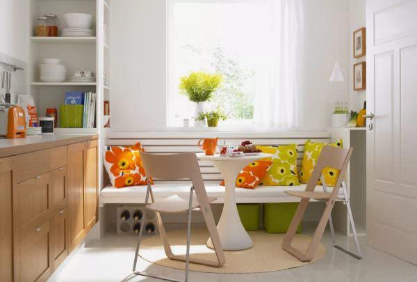 Поставьте небольшой круглый столик и несколько стульев, но не забудьте позаботиться об интересном и красивом видом из вашего окошка!