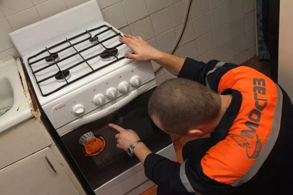 По этим нормам подключением газовых плит должен заниматься специалист ГРО.