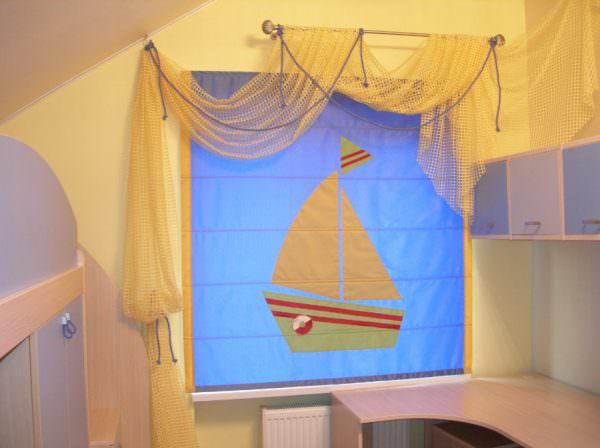 Для более взрослых детей прекрасным вариантом станут римские или японские шторы, которые будут защищать от света и при этом, не занимать пространство.