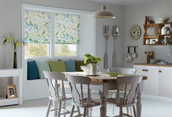 Особое внимание стоит уделить материалу, из которого будут изготовлены кухонные шторы.