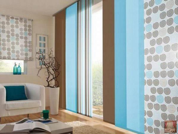 Японские шторы – отличный вариант для больших высоких окон. Чаще всего, они изготовлены из хлопка или льна, светлые, возможно пропускающие солнечный свет и заменяющие тюль.