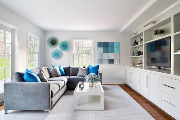 Белая краска может показаться банальным выбором, но, по словам дизайнера Аннабель Джой, побеленные комнаты никуда не денутся и в этом году.