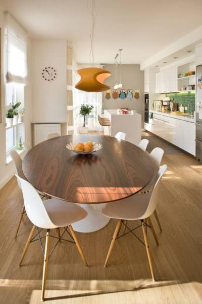 Деревянный стол отлично впишется в любой интерьер