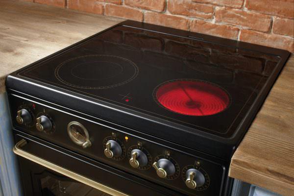 Стеклокерамика становится горячей от встроенного внутрь нагревательного элемента, а затем передает тепло находящейся на ней посуде